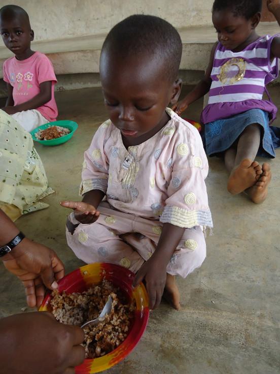 Dożywianie dzieci w Helocie (Togo)