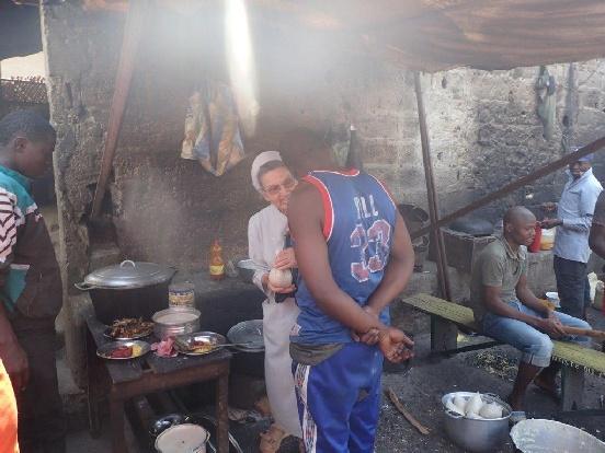 Naprawa kuchni w centralnym więzieniu w Bafoussam (Kamerun)