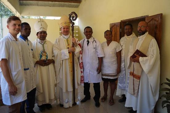 Wyposażenie przychodni w Mampikony (Madagaskar)