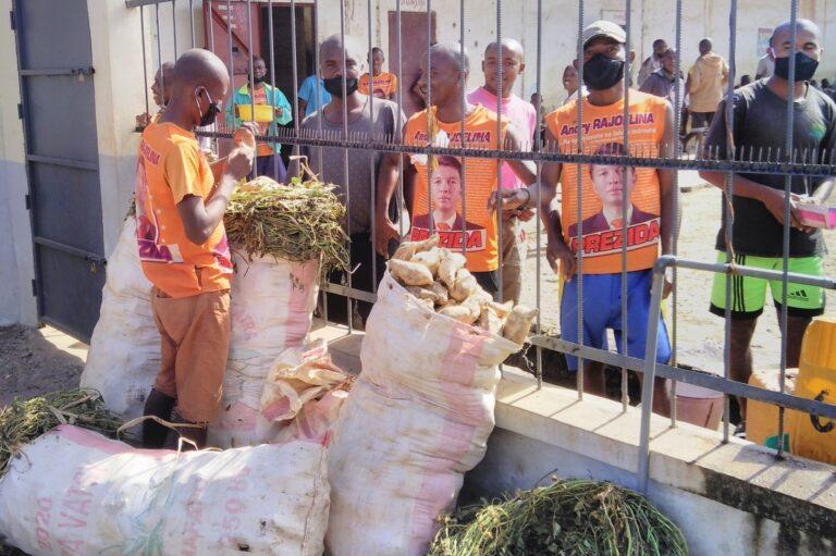 Posiłki dla więźniów w Port-Berge (Madagaskar)